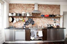 los elementos de la cocina son los típicos de cualquier cocina de estilo industrial, muebles, cocina y electrodomésticos en acero inoxidable y de apariencia profesional. Algo de madera en encimeras o suelos y siempre paredes de ladrillo visto en diversos grados de exposición.