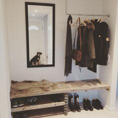 Sockel als unterstes für Schuhe & Pflanzen, drüber in Mitte noch mal Böden für anderes, Kleiderstange?  Gegenüber bodenlanger Spiegel für optimales Licht