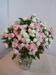 98- Vaso pequeno com mini rosas brancas e cor de rosas
