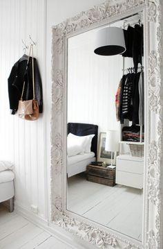 Det store speilet på soverommet er kjøpt hos Fine Design. I tillegg til at det er lekkert, skaper det også større romfølelse. Sengegavlen er laget av sponplater, barnemadrasser og et tøystykke.