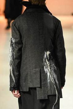Discover recipes, home ideas, style inspiration and other ideas to try. Yoji Yamamoto, Deconstruction Fashion, Quirky Fashion, Knitwear Fashion, Embroidery Fashion, Origami Fashion, Fashion Brands, Fashion Men, Japanese Fashion
