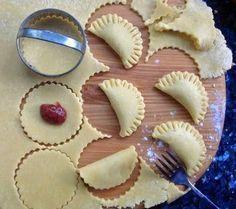 Halfmaan Konfyt Hand Tertjies Bestanddele: 1 pakkie 500 g bruismeel 250 g koue botter gerasper . 2 x 125 ml houertjies room Tart Recipes, Sweet Recipes, Baking Recipes, Cookie Recipes, Dessert Recipes, Sweet Pie, Sweet Tarts, Kos, Jam Tarts