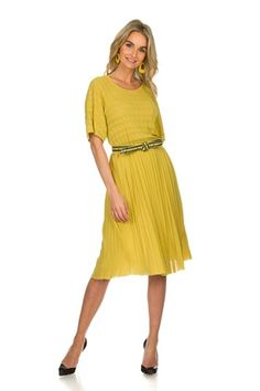 hekel aan de kleur geel/ betekenis geel | Style Consulting Summer Dresses, Outfits, Style, Fashion, Fashion Styles, Flowy Summer Dresses, Tall Clothing, Dresses For Summer, Fashion Illustrations