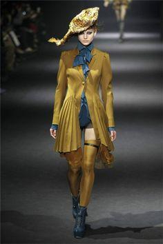 Body azul con blusa del mismo color con original chaqueta de inspiración barroca de la colección otoño-invierno 2012/2013 de Bill Gaytten para Galliano.