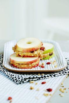 Omena raikastaa maapähkinävoin! Niiden yhdistelmästä syntyy hauska välipala, jonka voi haukata kuin kerrosleivän!