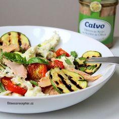 Salát s pečenými rajčátky, tuňákem a mozzarelou