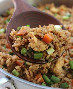 Une recette de riz frit super facile que vous allez vouloir faire et refaire tellement elle est bonne!