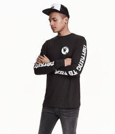 En långärmad t-shirt i bomullstrikå med tryck.