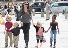 Angelina Jolie con sus hijos #actress #people #celebrities #kids #famosas #actrices