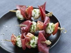 Yes, please – Grilled meat skewers, dried tomatoes and mozzarella Skewer Recipes, Wine Recipes, Appetizer Recipes, Great Recipes, Favorite Recipes, Healthy Recipes, Simple Appetizers, A Food, Good Food