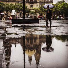 Amanecimos con #lluvia y bajas temperaturas, aquí una imagen captada en el #CentroTapatío. FOTO: EL INFORMADOR / Fabricio Atilano