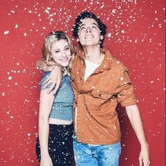 Lili Reinhart and Cole Sprouse Riverdale Riverdale Funny, Bughead Riverdale, Riverdale Memes, Riverdale Netflix, Riverdale Fashion, Betty Cooper, Riverdale Wallpaper Iphone, Sprouse Bros, Films Netflix