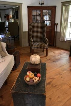 old farmhouse style living room inspiration design to get unique look page 5 Primitive Homes, Primitive Living Room, Primitive Kitchen, Primitive Furniture, Country Primitive, Antique Furniture, Prim Decor, Country Decor, Rustic Decor