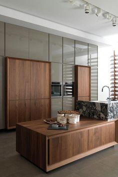 Kitchen Interior Design Une cuisine contemporaine élégante - Contemporary Kitchen Ideas – Every person that knows how to cook as well as enjoys to, also knows that it is very important to have . Modern Kitchen Interiors, Modern Kitchen Design, Home Decor Kitchen, Interior Design Kitchen, Apartment Kitchen, Nice Kitchen, Apartment Interior, Modern Kitchens, Kitchen Lamps