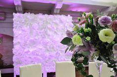 Dekoracja światłem Dwór Anna Jakubowice Końskie ścianka za Państwem Młodych  wykonana z papierowych kwiatów aranżacja-  www.fabrykaslubu.pl