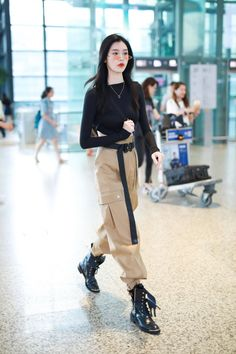 Ming Xi from The Best Airport Style Inspiration From Asian Celebrities Airport Outfits Airport Asian Celebrities Inspiration Ming Style Korean Outfit Street Styles, Asian Street Style, Looks Street Style, Korean Outfits, Looks Style, Asian Style, Chinese Style, Korean Girl Fashion, Korean Fashion Trends