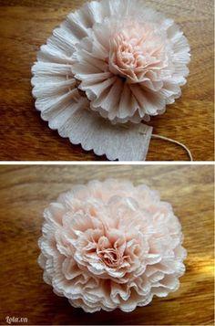 - Cắt 1 đoạn giấy nhún dài 30-40cm (dài hơn tuỳ thích nếu bạn muốn hoa to hơn- May lược bằng chỉ ở chân hoa, sau đó vừa cuốn, vừa ...