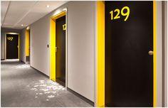 Cores das portas - portal laranja e porta preta