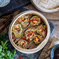 Wie wärs mal wieder mit Asiatisch? Dämpfe dir leckere thailändische Dim Sum mit Garnelen, Schweinehack und einem fantastischen Dip.