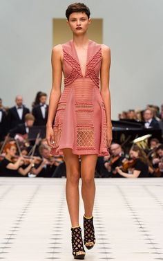 Me encanta este vestido de malla y encaje de Burberry Prorsum para esta temporada de verano