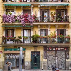 Fachadas de Madrid... #madrid #places #lugares #people #gente #urbanscenes #lg #lgg6 @lg_es #color #lavapies @lgespana #spring #primavera #arquitectura #architecture