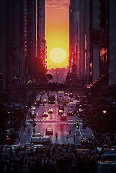 Sunset, Manhattan, New York City - known as Manhattanhenge and is an event during which the setting sun is aligned with the east–west streets of the main street grid of Manhattan.This occurs twice a year, on dates evenly spaced around the summer solstice. Sunrise Photography, City Photography, Foto Picture, Nyc Instagram, Images Vintage, City Aesthetic, Manhattan New York, Manhattan Henge, Belle Photo
