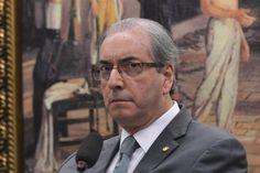 Uma idosa deu bolsadas no deputado cassado Eduardo Cunha (PMBD) em um aeroporto brasileiro. O vídeo que registrou a situação foi divulgado no Facebook e já tinha 362 compartilhamentos até 15h15.