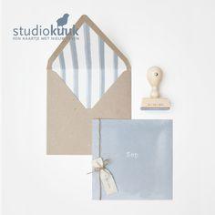 Stoer geboortekaartje voor een jongen_geverfde achtergrond_geverfde strepen_oud blauw_gevoerde envelop_katoenen label_stempel #www.studiokuuk.nl