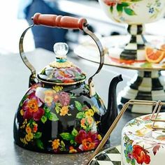 Ideas Para Decorar Jardines, Pioneer Woman Kitchen, Pioneer Woman Tea Kettle, Mackenzie Childs Inspired, Mckenzie And Childs, Diy Bird Feeder, Milk Cans, Teapots And Cups, Flower Market