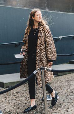 Sunday bliss : London Fashion Week streetstyle (Miss Margaret Cruzemark) London Fashion Weeks, London Fashion Week 2018 Street Style, Look Fashion, Girl Fashion, Womens Fashion, Fashion Trends, Net Fashion, Street Fashion, Fashion Coat