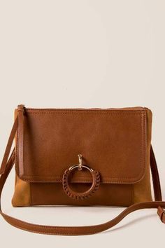 690ec3d78fb francesca's Cambria Wrapped Ring Crossbody Clutch - Tan Schoudertassen,  Gouden Ringen, ...