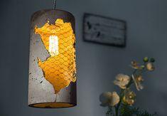 Sollbruch-Leuchte mit leuchtender Glühbirne. So wird aus alten Flaschen ein schönes Accessoire. #thatspositivenergy #energizer #DIY