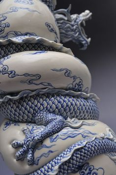 Aí você vê esse vaso com um dragão chinês em volta dele e pensa: 'Ah foi feito de forma industrial né?' Parece, mas não foi! Na verdade, quem realizo