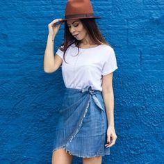 """Morning quarta-feira sua linda!  O look hoje é quase um básico mas com aquela pitadinha de """"danadice"""" nessa saia bapho da @beestoreonlinee #lookbee"""