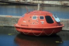 Floating capsule hotel at the Hague Small Houseboats, Apocalypse Aesthetic, Floating Architecture, Shiny Happy People, Unusual Hotels, Capsule Hotel, Search And Rescue, Boat Design, Prefab Homes