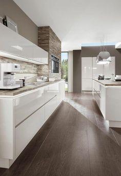 kueche gestalten weiss hochglanz holzboden #kitchendesign