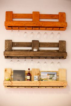 Altezza: circa cm Larghezza / Lunghezza: cm Profondità: cm Colore: naturale o … Pallet Furniture Designs, Wooden Pallet Projects, Wooden Pallet Furniture, Pallet Designs, Wood Pallets, Pallet Bar Plans, Diy Furniture Building, Rustic Wine Racks, Home Room Design