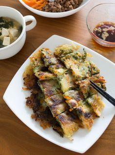 カリカリもちもちの食感が美味しいチヂミ。大葉をたっぷり入れるとさわやかな風味で仕上がります。レシピで紹介されている醤油だれはもちろん、上でご紹介した大葉キムチをのせて頂いても美味しそう♪