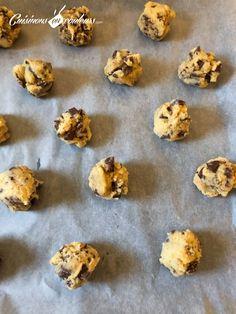 Cookies aux pépites de chocolat façon Levain Bakery - Cuisinons En Couleurs Chocolate Biscuits, Chocolate Cookies, Chocolate Recipes, Levain Cookies, Brownie Cookies, Caramel, Sifted Flour, Baking Sheet, Quick Easy Meals
