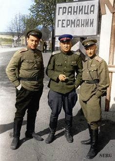 Soviet Soldiers at World War 2 in Color - English Russia Ww2 Uniforms, Military Uniforms, Historia Universal, Soviet Army, Ww2 Photos, History Online, Red Army, Military History, Military Art
