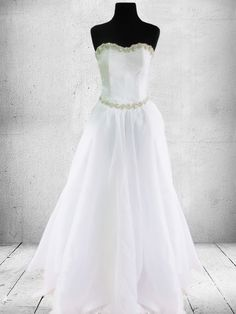 Simple elegant Wedding gown for Rent in Metro Manila Quezon City. Wedding Gown Rental, Long Gown For Wedding, Yellow Wedding Dress, Plus Size Wedding Gowns, Dream Wedding Dresses, Gown Wedding, Simple Elegant Wedding, Elegant Wedding Gowns, Designer Wedding Gowns