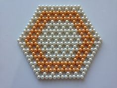 How to make beaded coaster, table mat Hexagon Coaster Beaded Crafts, Handmade Beaded Jewelry, Beaded Purses, Beaded Bags, Beading Tutorials, Beading Patterns, Knitting Patterns, Beads And Wire, Loom Beading