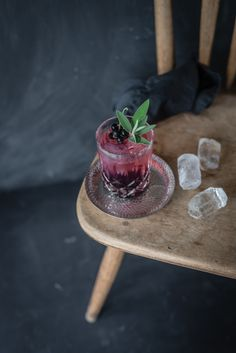 trickytine ♥ the tricky cassis kiss: gin tonic, cassisgelee, salbei