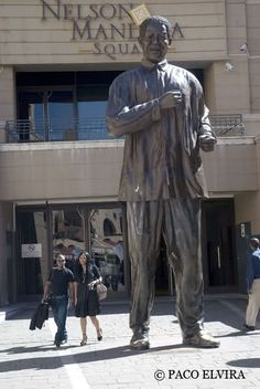 El Nelson Mandela Square, ubicado en las afueras de la ciudad de Johannesburgo, más precisamente en la zona de Sandton City, es un gran centro comercial rodeado de  hoteles de las cadenas internacionales, oficinas y bancos, en cuyo centro se halla la Plaza Nelson Mandela, la cual alberga numerosos restaurantes, marisquerías, y locales de comida africana, entre otros. En este sitio, se puede apreciar la gigantesca estatua de Madiba.