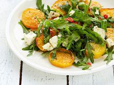 Bataatti ja feta-juusto yhdistyvät raikkaassa salaatissa. http://www.yhteishyva.fi/ruoka-ja-reseptit/reseptit/bataatti-fetasalaatti/014466