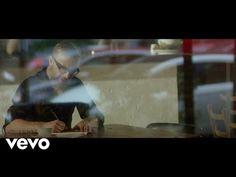 Scopri il video musicale, significato e dettagli del singolo Spostato di un Secondo di Marco Masini, che il cantante fiorentino ha portato a Sanremo 2017.