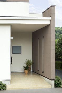 白壁とヨーロピアンタイルの床に、櫛引の塗り壁をアクセントにした玄関ポーチ。ご主人のバイクのためにスロープにしました。|デザイン|ナチュラル|タイル|スロープ|