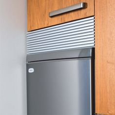 Tyylikäs tuuletusritilä, kolme värivaihtoehtoa; valkoinen, alumiini ja rst-look. Säädettävä korkeus 32 – 125 mm, pituus 598 mm. #tuuletusritilä #säädettävä #click #gripshop #getagrip #toimivampaankotiin Top Freezer Refrigerator, French Door Refrigerator, Kitchen Appliances, Kitchens, Conditioner, Bathroom, House, Ideas, Diy Kitchen Appliances