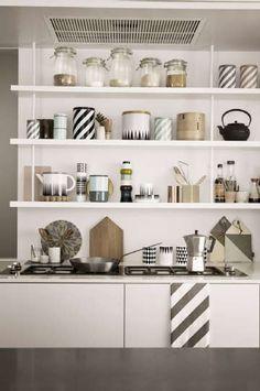 Sisustus - keittiö - keittiön tavarat esiin hyllyillä