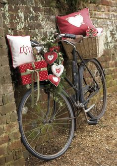 ♥ Would love to fill the basket with growing flowers, and a vine plant to grow up and around the spokes!!